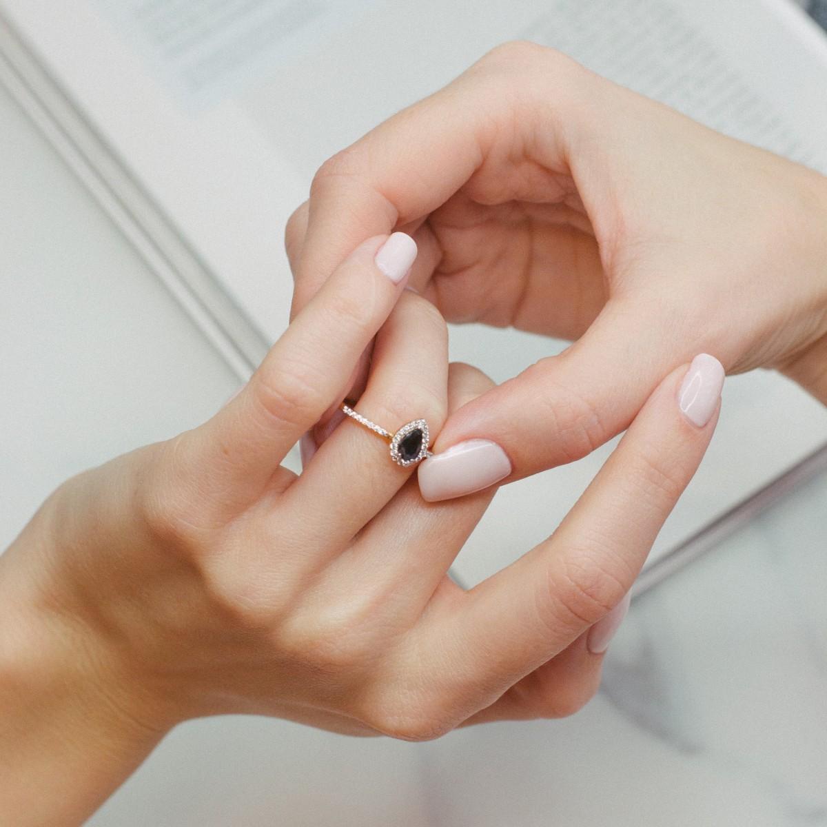 Auksinis žiedas su cirkokiu